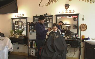 Lloyd Vernis, el estilista caritativo de The Pride Barbershop