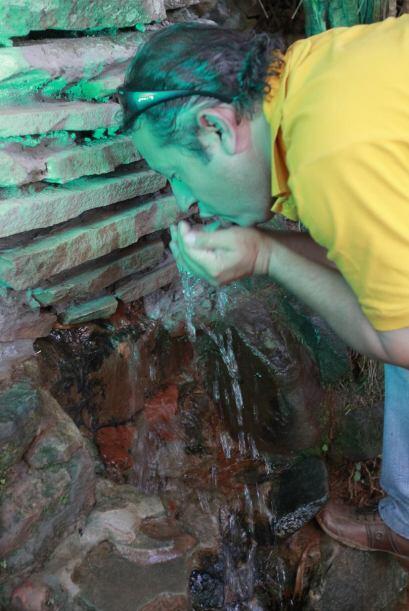 El hilo de agua que brota del Ykuá y que desemboca en una fuente está em...
