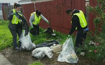 Residentes de East Oakland exigen terminar con los tiraderos ilegales de...