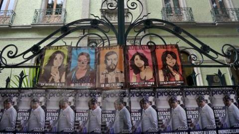 Una protesta en la Ciudad de México muestra las fotografías de las cinco...