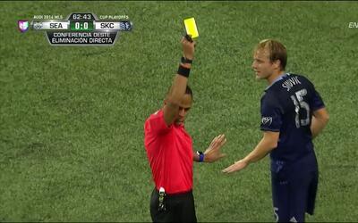 Tarjeta amarilla. El árbitro amonesta a Seth Sinovic de Sporting Kansas...