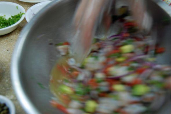 Y se sirve, otra vez con las manos para no dañar los ingredientes.
