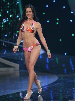 Con unos tacones plateados altos y un bikini rosado, Catalina deslumbr&o...