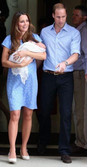 El mundo estaba pendiente de la salida de Kate, niño en brazos, del hosp...