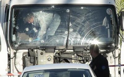 La policía forense francesa investiga el camión utilizado en el ataque e...