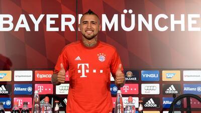 El mediocampista chileno posó con la playera '23' del Bayern Munich