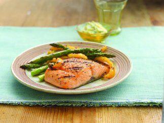 Salmón a la barbeque: Un buen trozo de salmón cubierto con miel, mostaza...