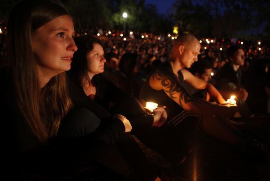 La luz de las velas ilumina los rostros de los estudiantes durante la vi...