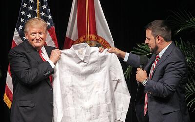 Trump recibe como regalo una guayabera durante una reunión este m...