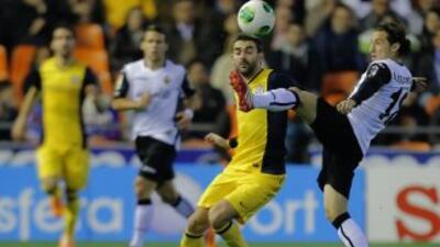Guardado, a la derecha disputando la pelota con Adrián, sirvió el centro...