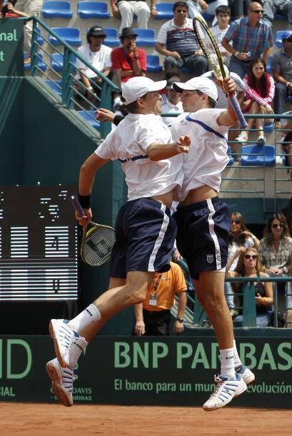 El 2do punto fue para EU en el match de dobles. El dúo de hermanos Bob y...