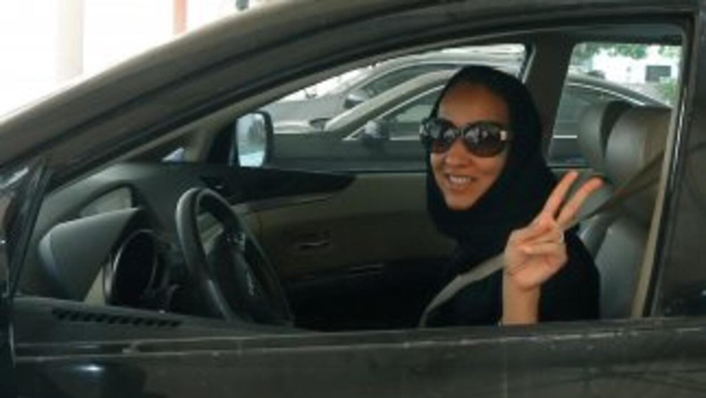 Varias mujeres saudíes salieron a conducir vehículos, desafiando tanto l...