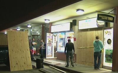 Pánico en una tienda de celulares de Hialeah cuando un vehículo se incru...