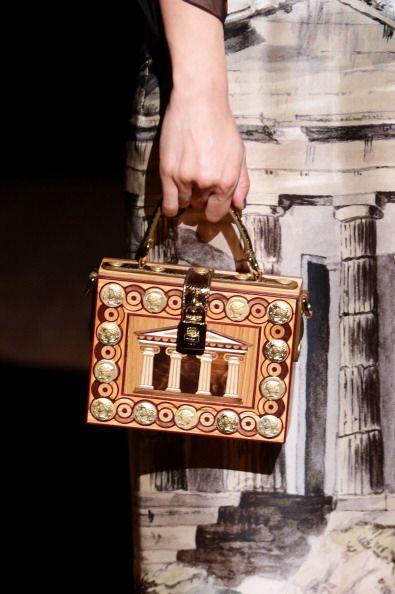 Este estilo de bolso te dará un toque 'vintage'. Asegúrate de llevarlo e...