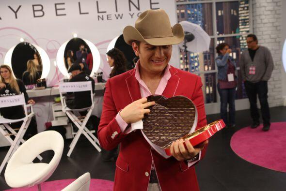 Nuestro querido sabe muy bien que la chicas no pueden comiendo chocolate...