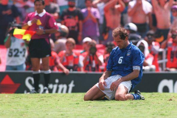 El aguerrido y capitán italiano Franco Baresi se quedó de rodillas miran...