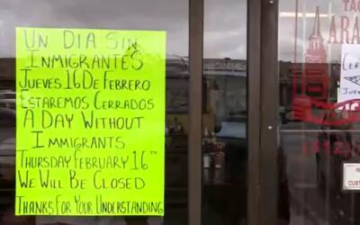 Los negocios cerrados pegaron carteles en donde anunciaban que no abrir&...