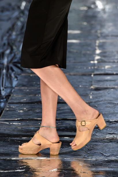 Alarga tus piernas con tacones bajos, plataformas o tacón chino.