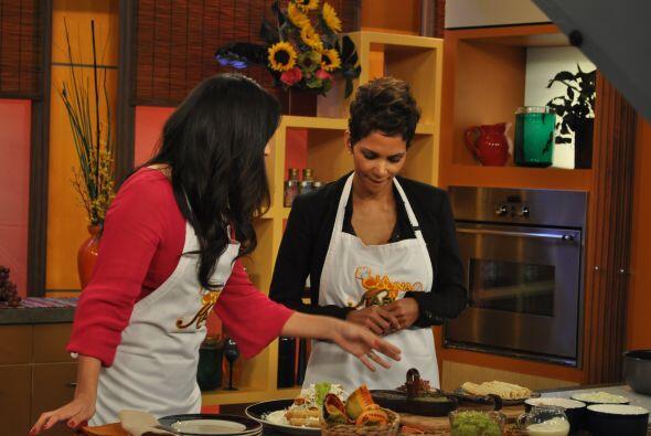 Karla Martínez la invitó a su cocina para preparar unos de...