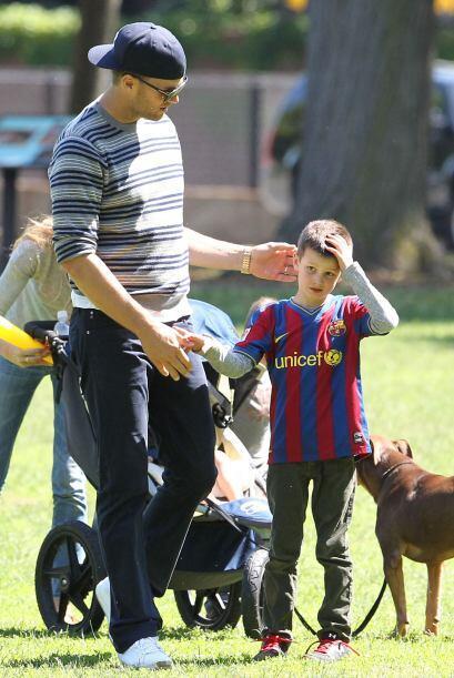 La pareja pasó un domingo tranquilo junto a los pequeños Jhon, Benjamin...