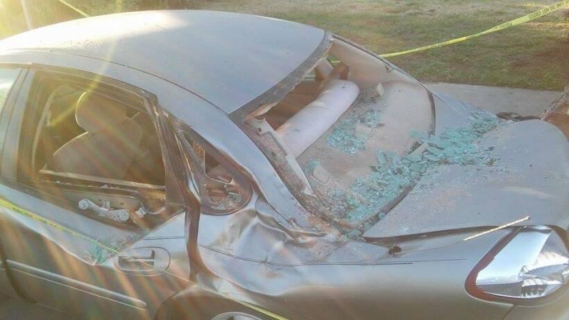 Así quedó el auto después de retirar el árbol caído en Pomona