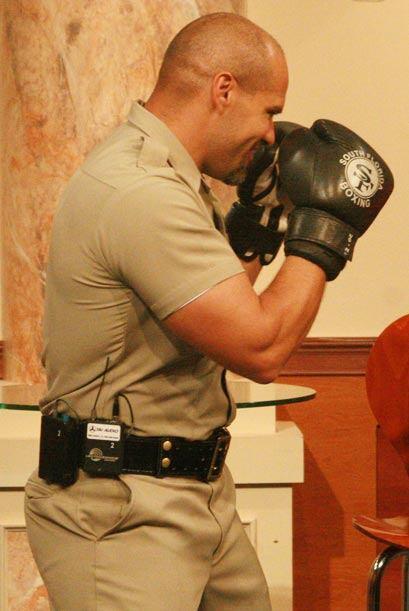 El también miembro del SWAT team, se prepara para pelear con la c...