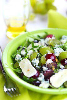 Una ensalada fresca y semidulce la puedes preparar con uvas, queso roque...