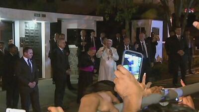 Papa Francisco sale de la nunciatura a saludar a sus fieles