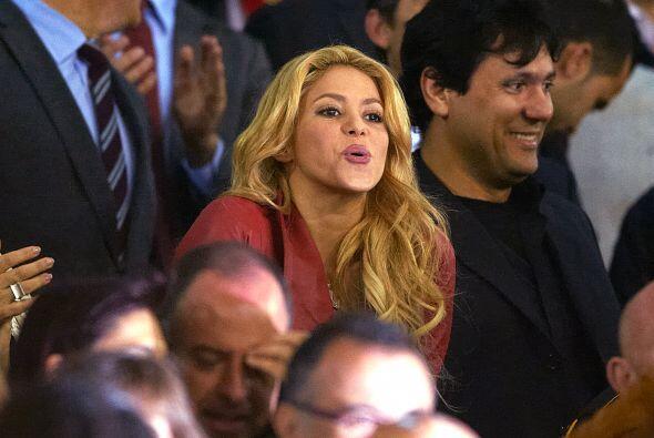Shakira fue campada en las gradas de Mestalla, apoyando a su pareja sent...
