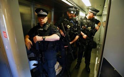 Vigilancia policial extrema en estaciones de trenes y vagones en Reino U...