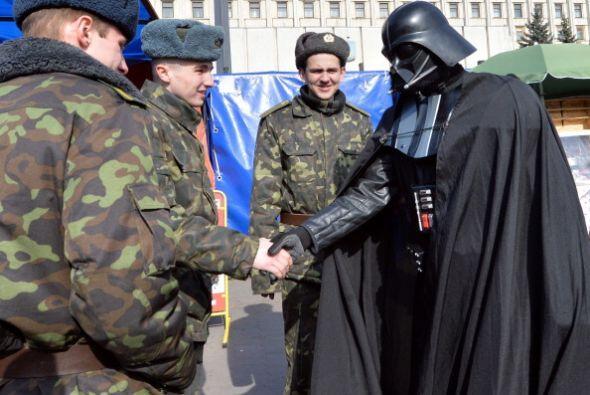 En la imagen, el hombre vestido como Darth Vader anunció que se p...