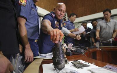 Autoridades policiales de Manila muestran los restos de la bomba casera
