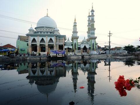 Musulmanes indonesios asisten a la mezquita para realizar la oraci&oacut...