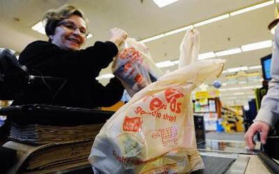 La legislatura de California busca prohibir el uso de bolsas de plástico...