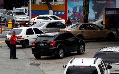Cierran decenas de estaciones de gasolina en la capital de Venezuela por...