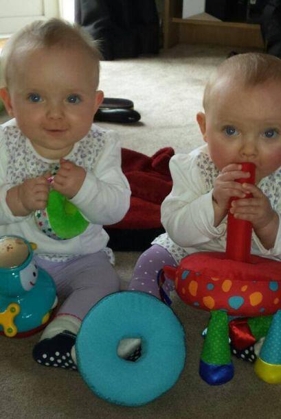 Las gemelas son un encanto que roban la mirada de todos.