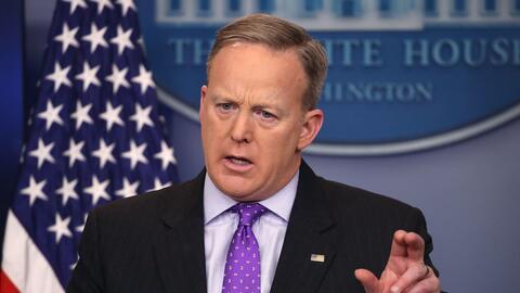 """Sean Spicer convocó una reunión de emergencia para un """"chequeo&quot..."""