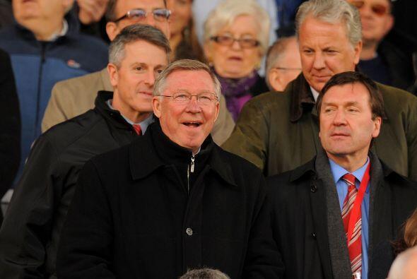 Mientras tanto Alex Ferguson miraba el partido desde la tribuna por esta...