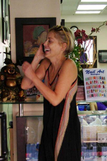 La actriz se veía bastante contenta, hablando por teléfono.