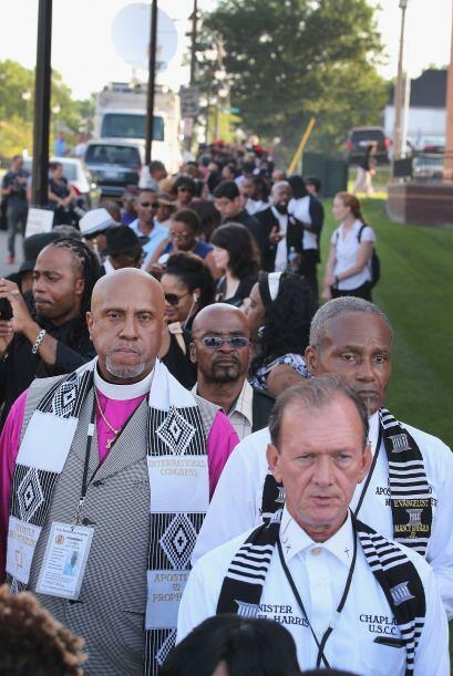 Cientos de personas se formaron para entrar a la iglesia bautista Friend...