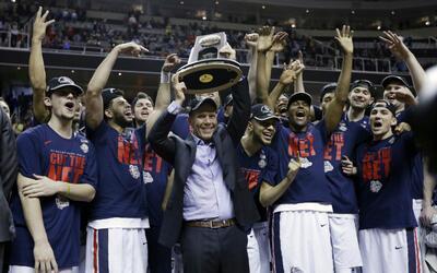 El coach Micke Few alza el trofeo de los campeones del Oeste.
