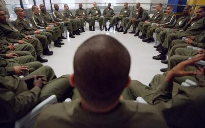 Los acusados utilizan uniformes como éstos y en otros colores al...
