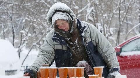 Un mujer vende miel en la calle de una ciudad en Siberia