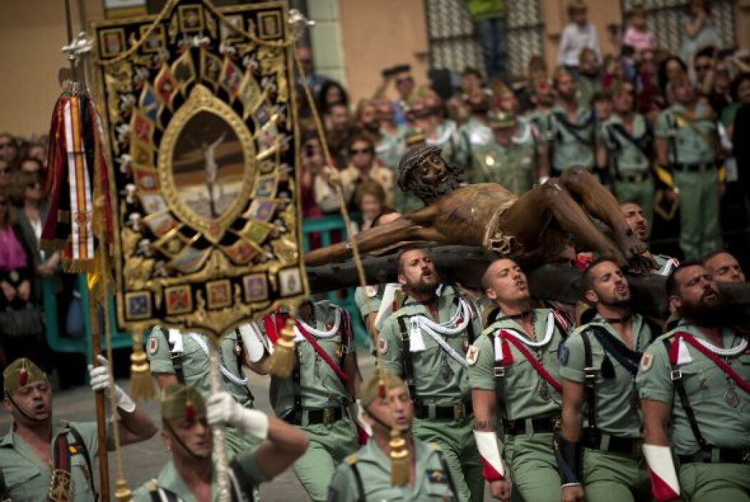 Los miembros de la Legión Española cargan una estatua del Cristo de la B...
