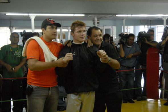 Eddy Reynoso, Saúl Álvarez y 'Chepo' Reynoso al finalizar...