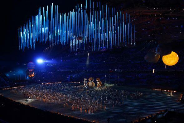 El fuego olímpico fue apagado por las tres mascotas gigantes -un...
