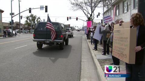 Manifestan afuera de oficina de congresista
