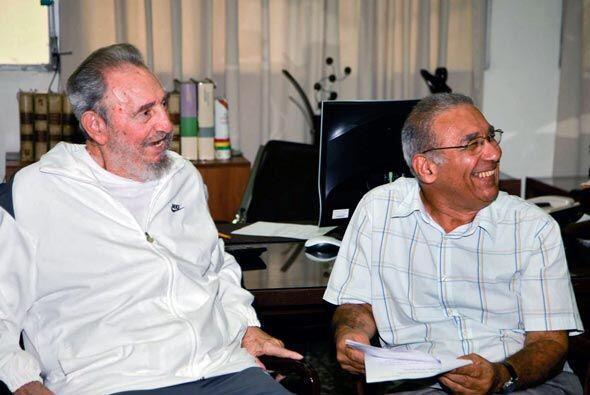 El ex mandatario aparece conversando y sonriente dentro de una oficina y...