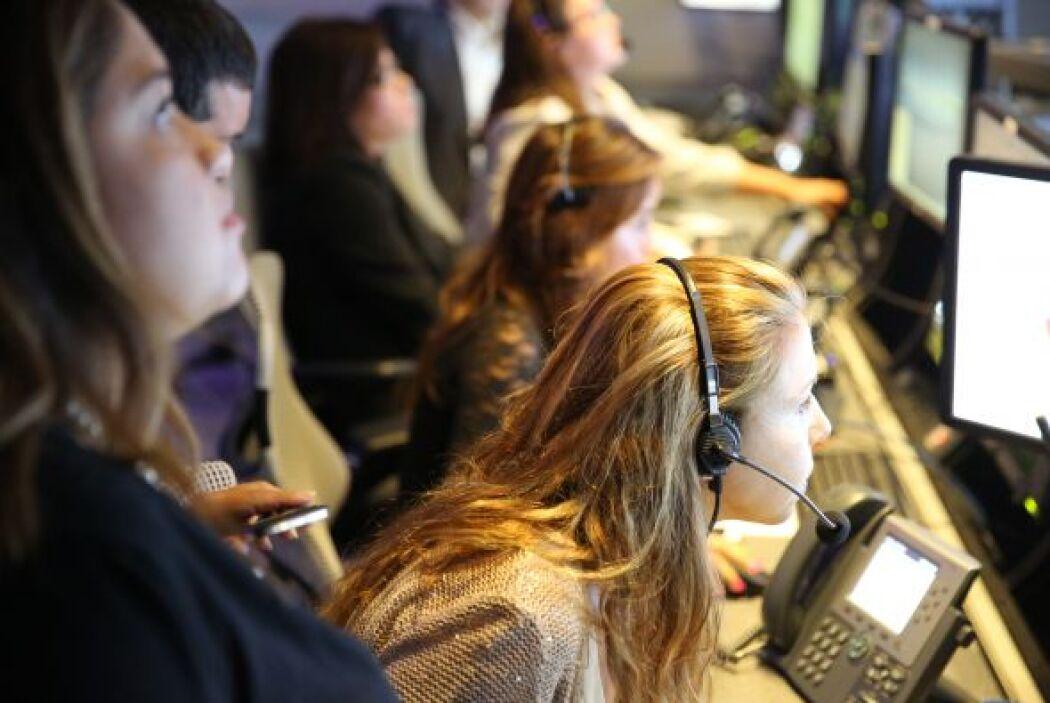 El equipo de Noticias Univision pone a punto los controles en su primera...