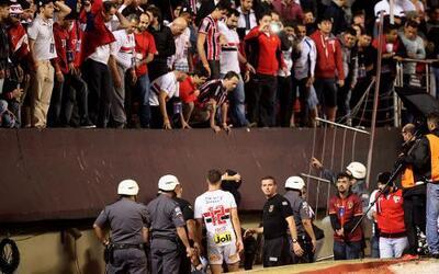 Una barra metálica no soportó el eufórico festejo de los hinchas de Sao...